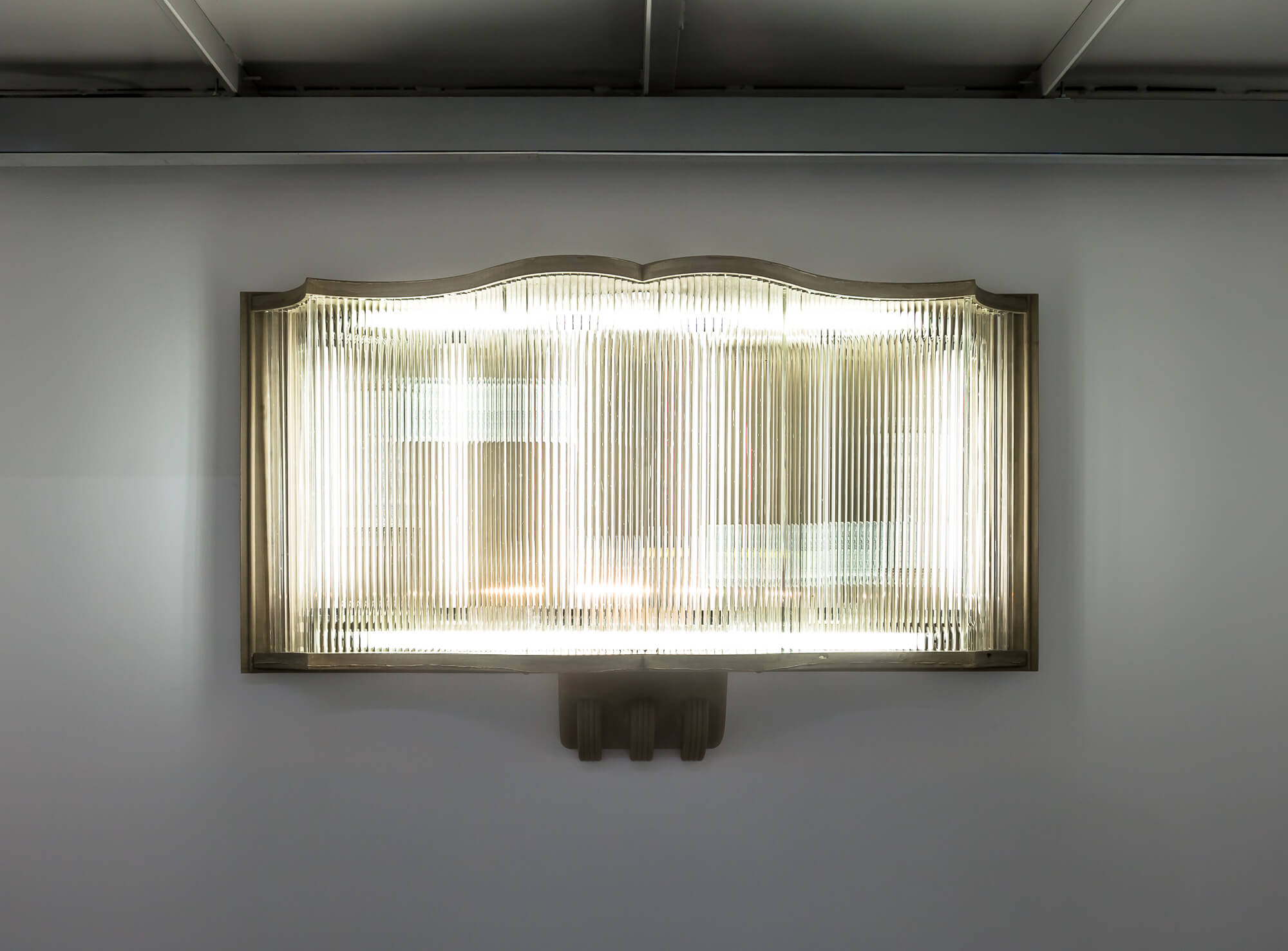 SI ONSITE Swiss Institute Sam Lewitt, Stranded Asset, 2018. Cast fuel ash, metal hardware, clear Murano glass rods, electrical hardware, fluorescent bulbs. Courtesy of the artist and Miguel Abreu Gallery, New York.